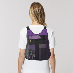 mochila-mini-bandolera-lila-artesano-espalda